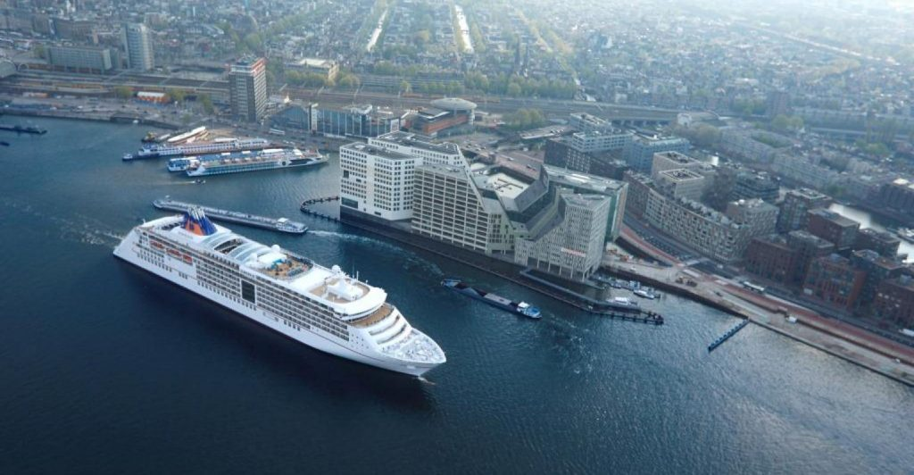 MS Europa 2 usa el suministro eléctrico en el Cruise Centre de Alcona hapaglloydcruises starclass cruceros un mundo de cruceros